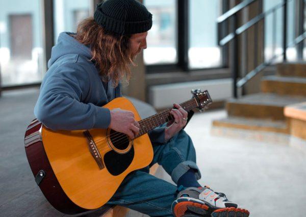 guitariste-assis