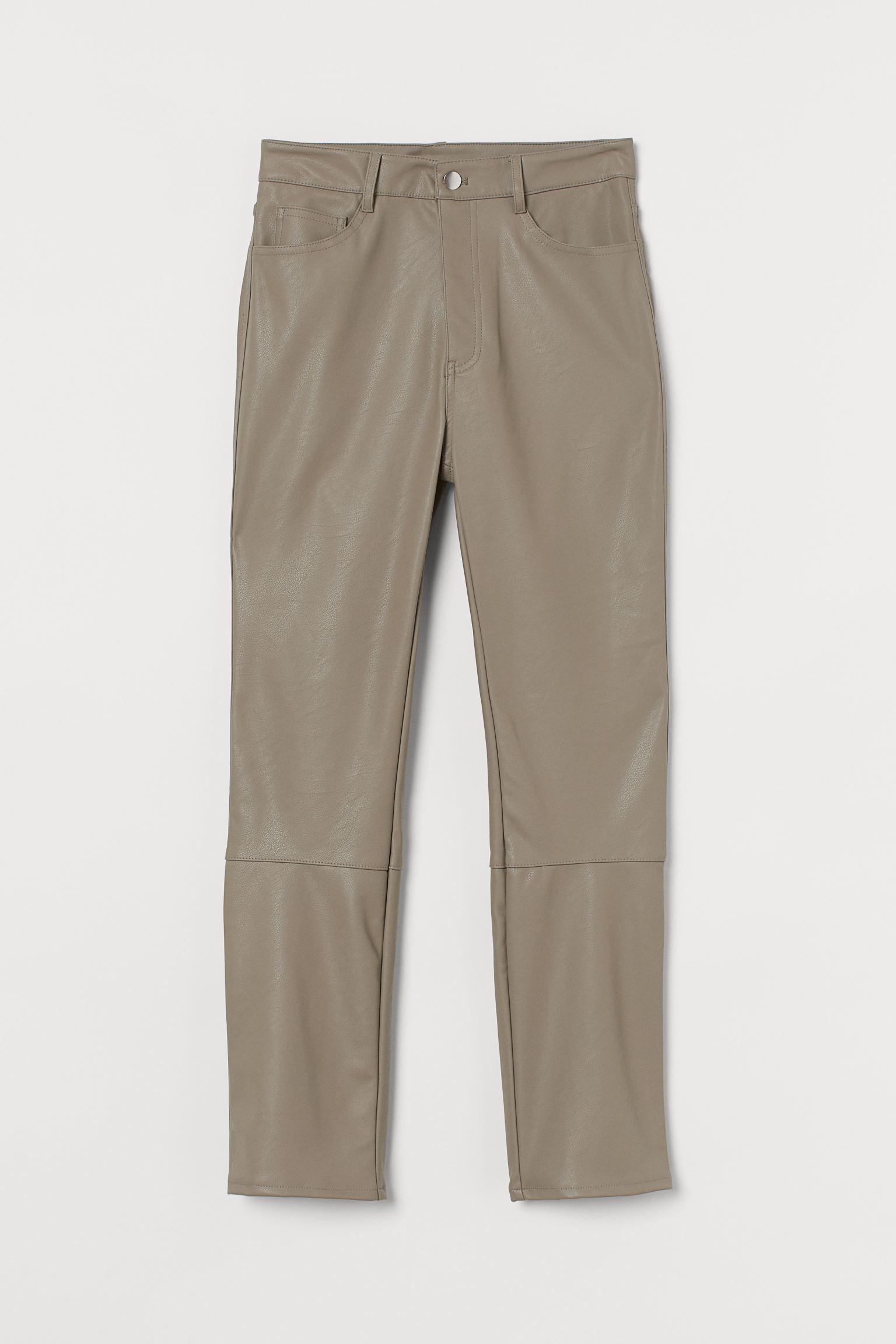 Le pantalon en (simili)cuir revient grincer dans nos armoires