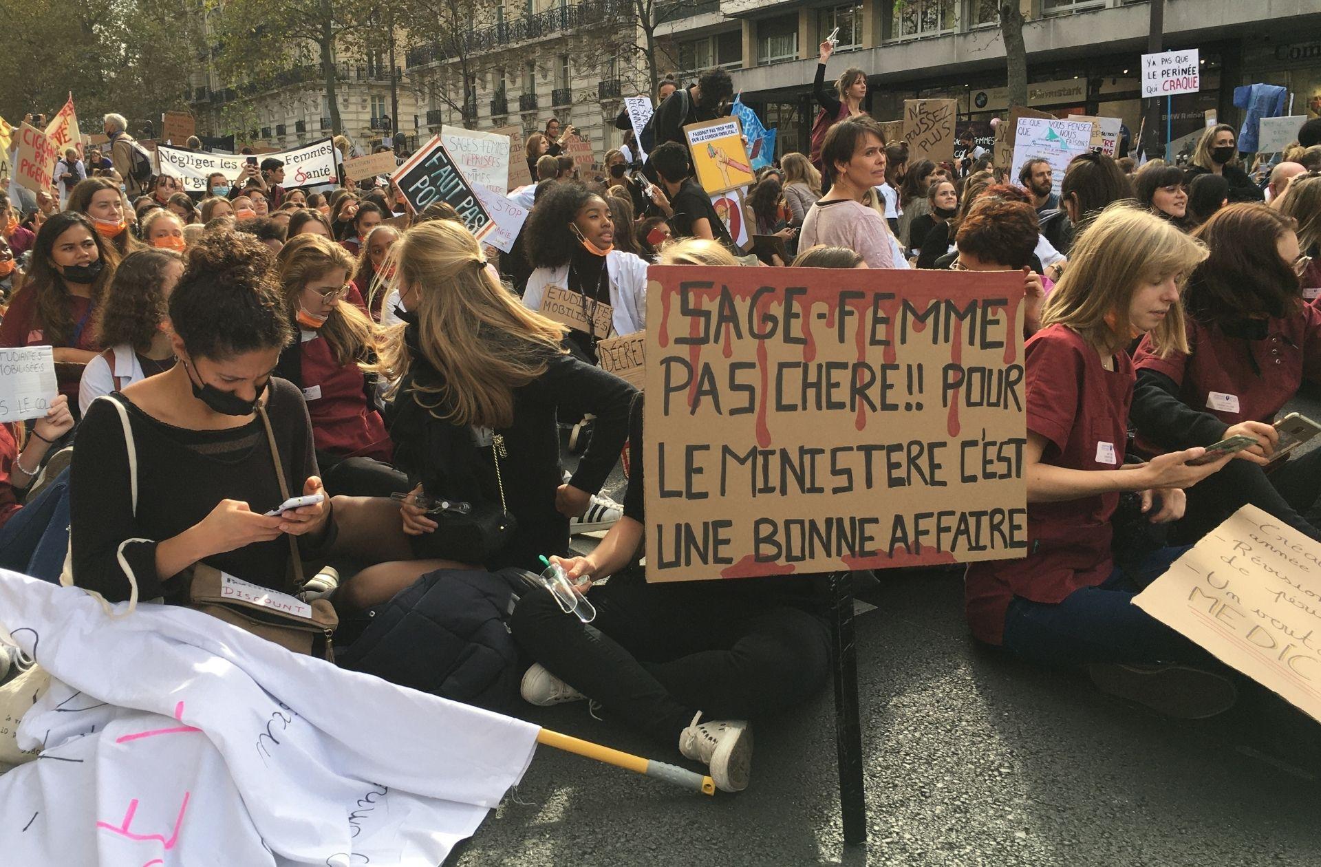 « Ras-le-col » et spéculums qui claquent : avec les sages-femmes qui manifestent à Paris